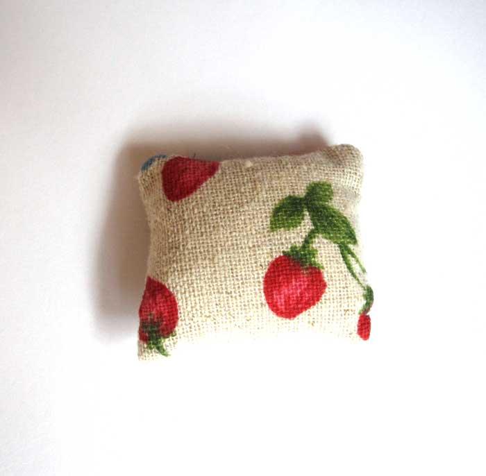 画像2: クッション・生成りイチゴ