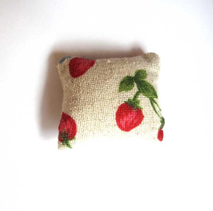 画像1: クッション・生成りイチゴ