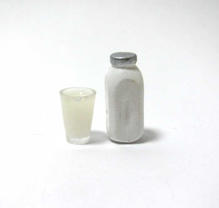 画像2: ミルクボトルとグラス入りミルク