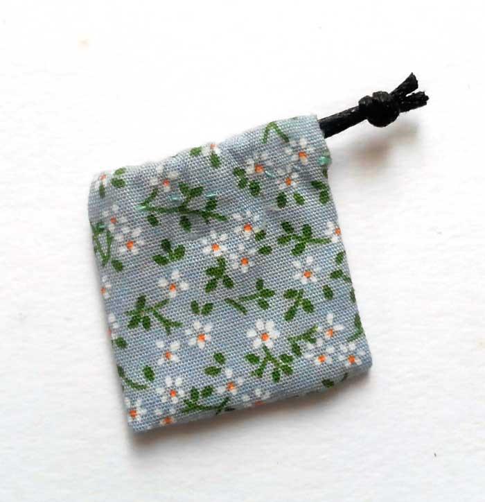 画像1: 巾着袋(水色&ホワイトフラワー)