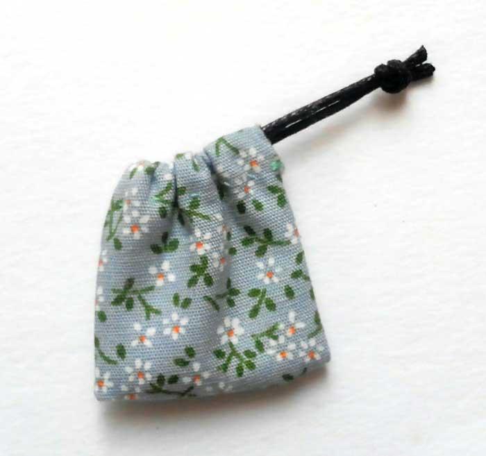 画像2: 巾着袋(水色&ホワイトフラワー)