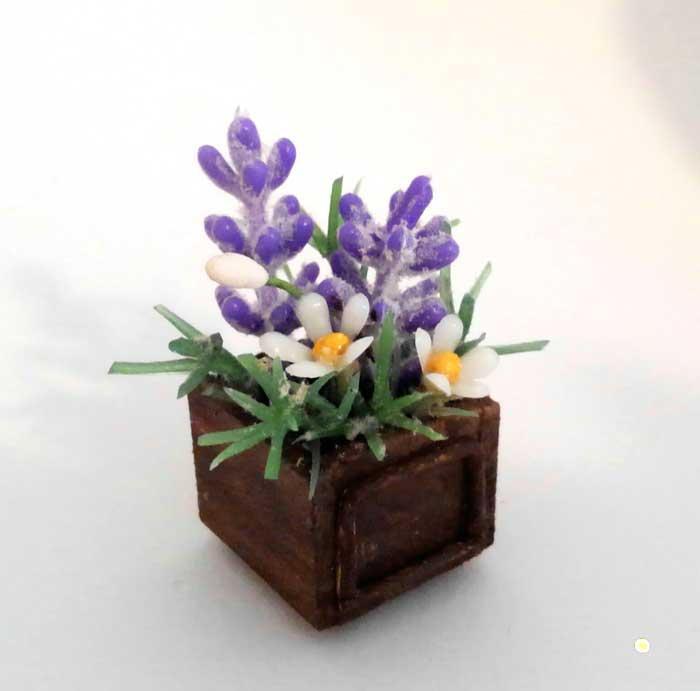 画像2: ウッドボックスの紫色と白い花