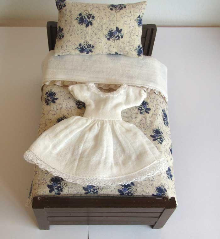 画像1: ベッド&お布団セット(白地紺花柄)